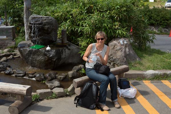Sylvi vor dem Brunnen