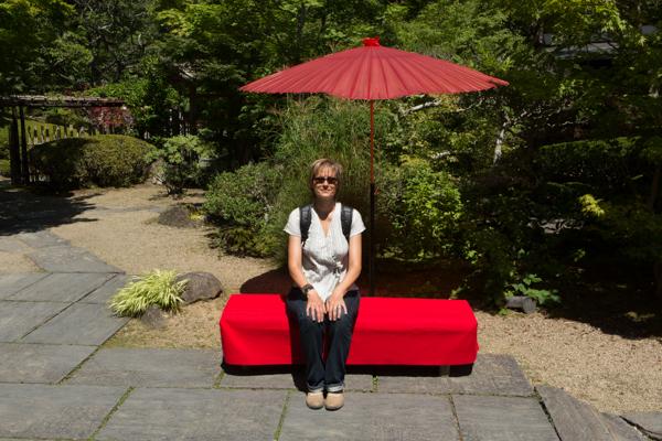 Sylvi auf der roten Bank