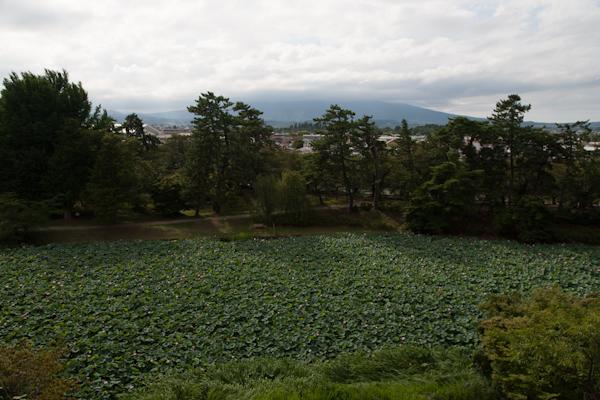Hirosaki-Burggraben mit Sicht auf die Berge