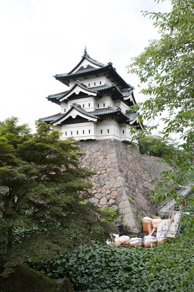 Hirosaki-Donjon mit Burggraben