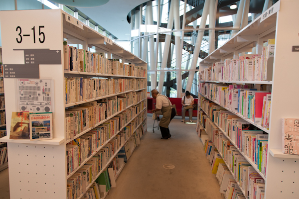 Sendai Mediatheque - Bibliothekskraft in Schürze